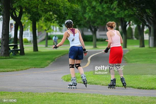 Filles de patin à roulettes dans un parc