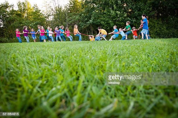 女の子と男の子綱引きや卓球の試合