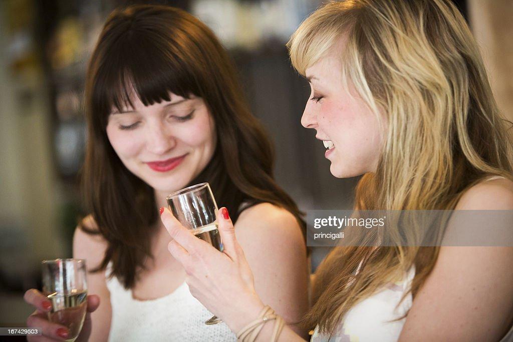 Meninas beber Vinho : Foto de stock