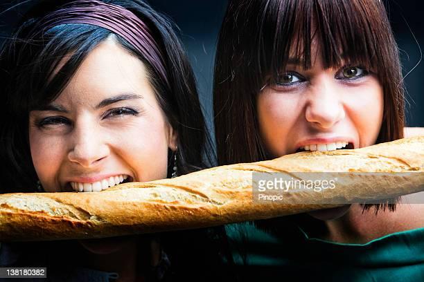 Mädchen isst eine französische Brotlaib