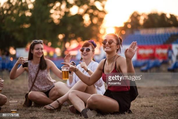 Mädchen genießen im Sommer