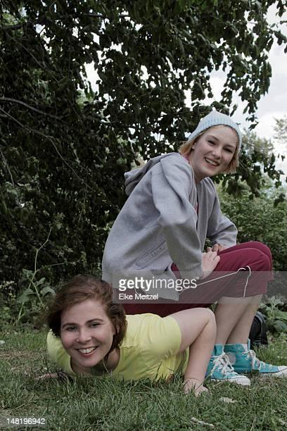 エクササイズの女の子一緒に公園