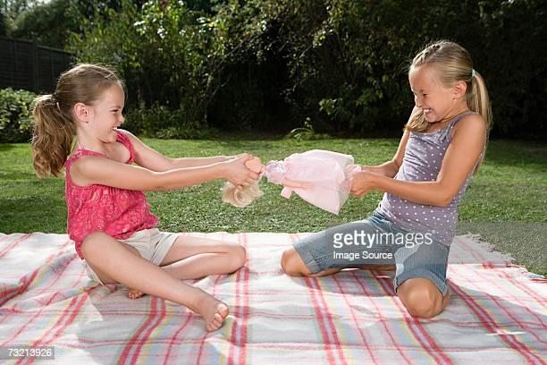 Mädchen kämpfen über doll
