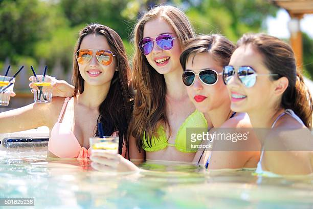 Raparigas divertir na piscina