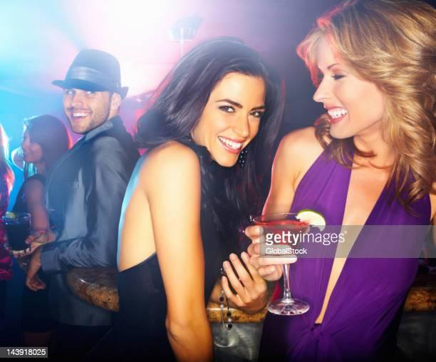 Chicas divirtiéndose en un club nocturno