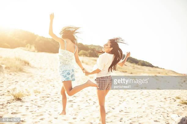 Mädchen, die Spaß am Strand