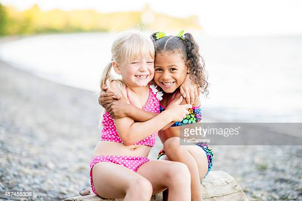 Mädchen umarmen am Strand