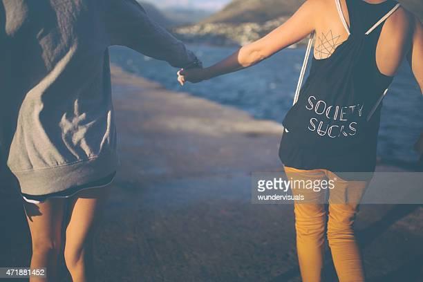 Mädchen in alternative styling Hände halten