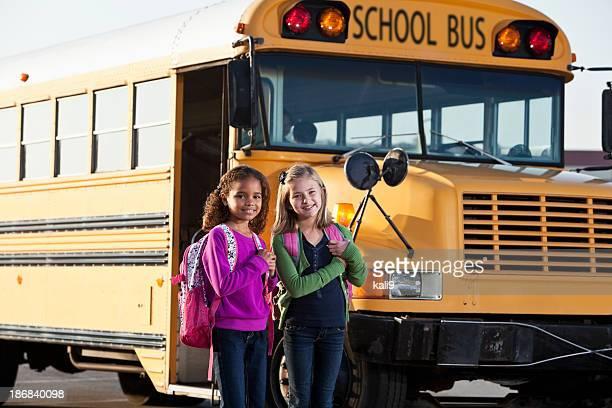 Filles en face de l'école en bus