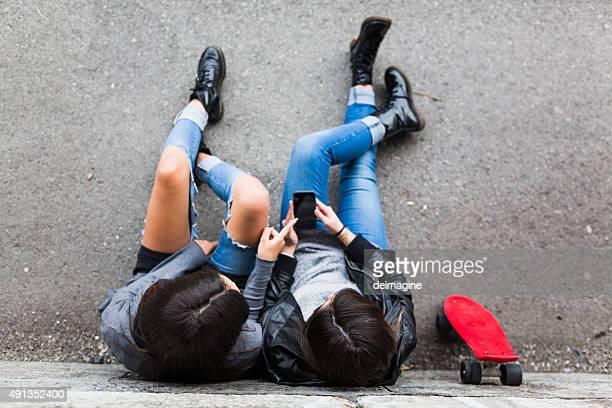 Mädchen im skatepark in smart Telefon.