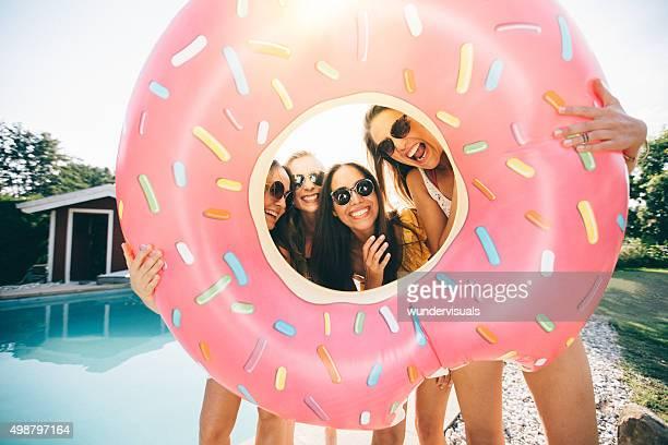 Les filles rire tout en tenant une piscine gonflable comme une image