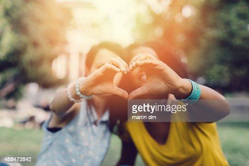 Ragazze facendo il cuore con le mani