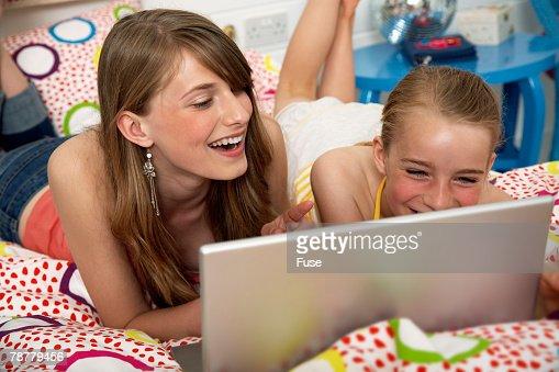 Girls on Laptop : Stock-Foto