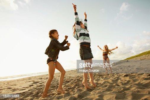 ビーチで遊ぶ少女