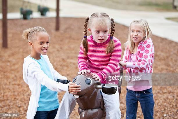 Mädchen spielen am Spielplatz