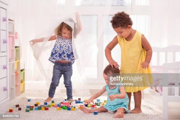 Mädchen spielen zusammen im Spielzimmer.