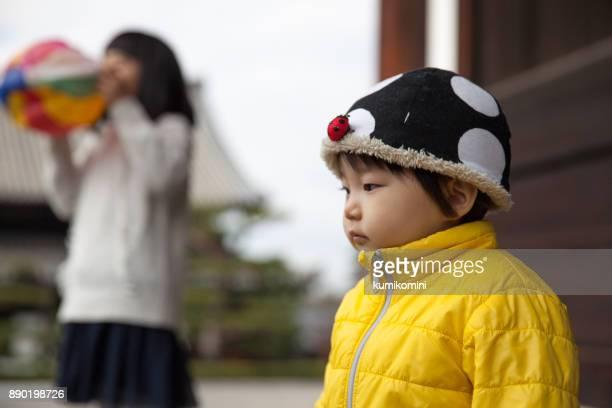 紙風船で遊ぶ女の子