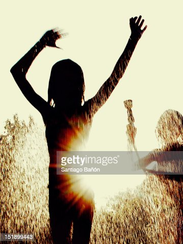 Girls playing with water hose : Foto de stock