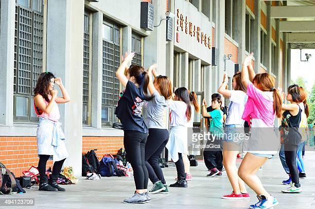 Mädchen üben mit Tanz