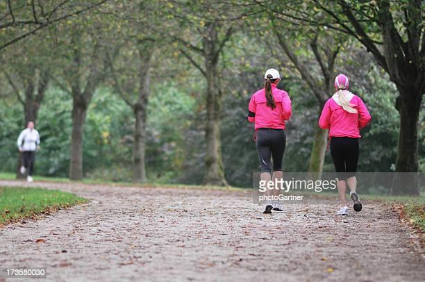 Filles courir en automne brumeux