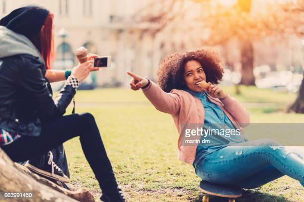 Jeunes filles chantant dans le parc