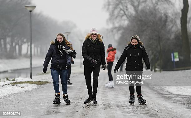 Girls skate on ice in Geesburg The Netherlands on January 6 2016 / AFP / ANP / Remko de Waal / Netherlands OUT
