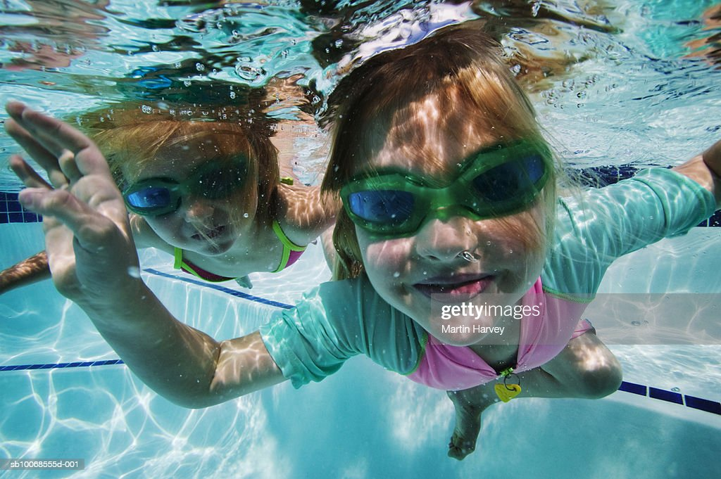 Girls (4-5) swimming under water : Stock Photo