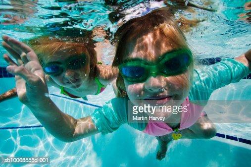 Girls (4-5) swimming under water : Photo