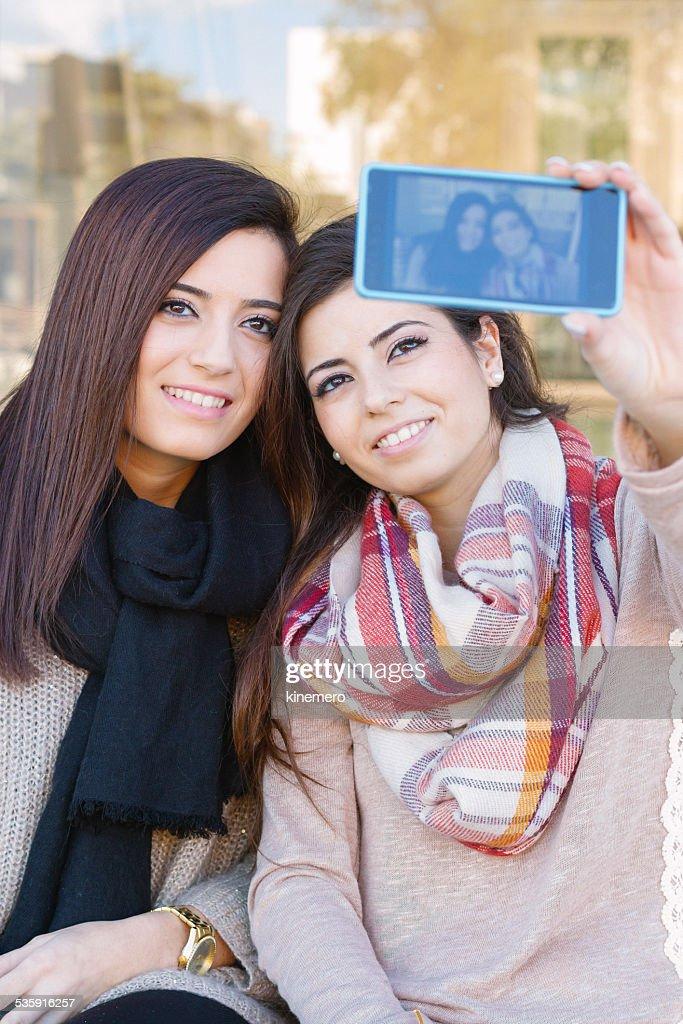 Meninas tomando uma Selfie : Foto de stock