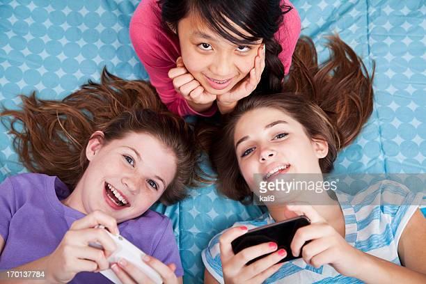 Mädchen SMS auf Schlummerparty