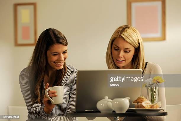 Ragazze utilizzando il computer portatile e bere caffè
