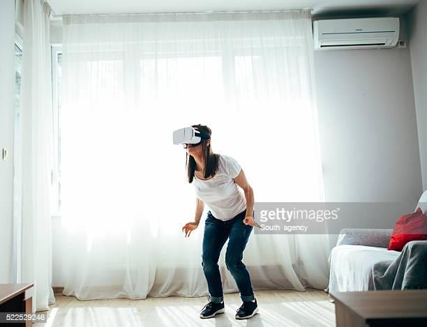 Mädchen virtuelle Realität Crouch
