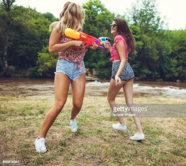 Filles avec pistolet squirt
