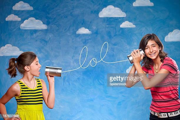 Mädchen mit Dose kann Telefone