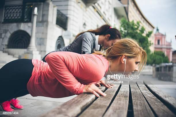 Jeunes filles travaillant sur le banc sur la ville