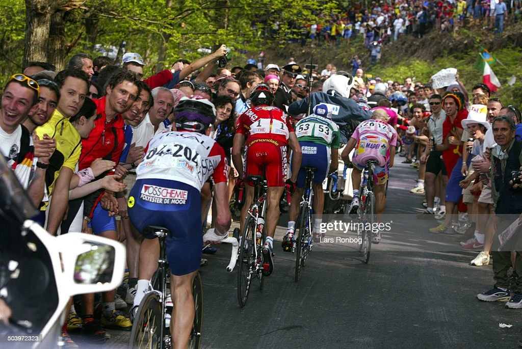 Giro dItalia, Stage 5 - A big crowd follow the riders - Stefano Garzelli, Mapei - Francesco Casagrande, Fassa Bortolo - Gilberto Simoni, Saeco og Tyler Hamilton, CSC-Tiscali.