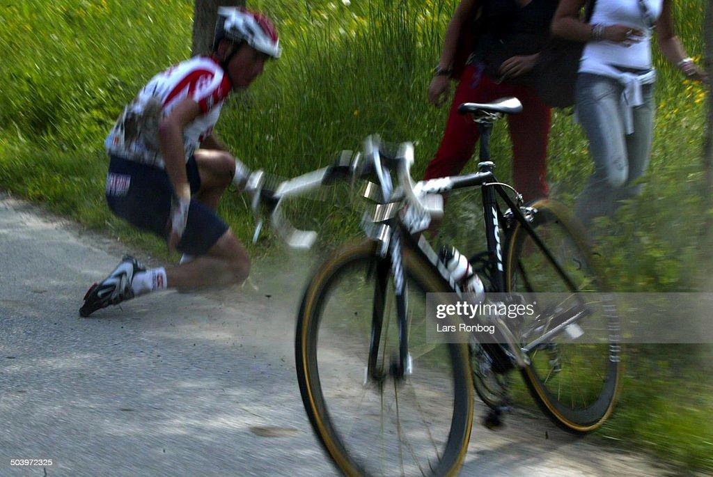 Giro dItalia, stage 5 - CSC-Tiscalis Tyler Hamilton in a terrible crash..