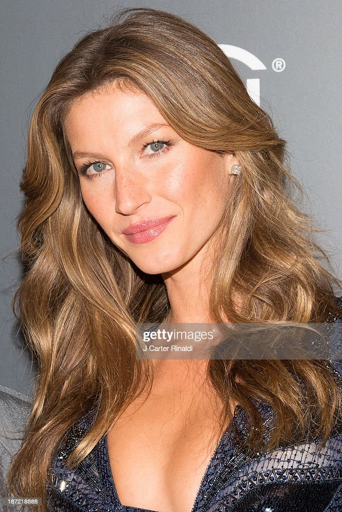 <a gi-track='captionPersonalityLinkClicked' href=/galleries/search?phrase=Gisele+Bundchen&family=editorial&specificpeople=201815 ng-click='$event.stopPropagation()'>Gisele Bundchen</a> attends the WSJ. Magazine's 'Innovator Of The Year' Awards 2013 at The Museum of Modern Art on November 6, 2013 in New York City.