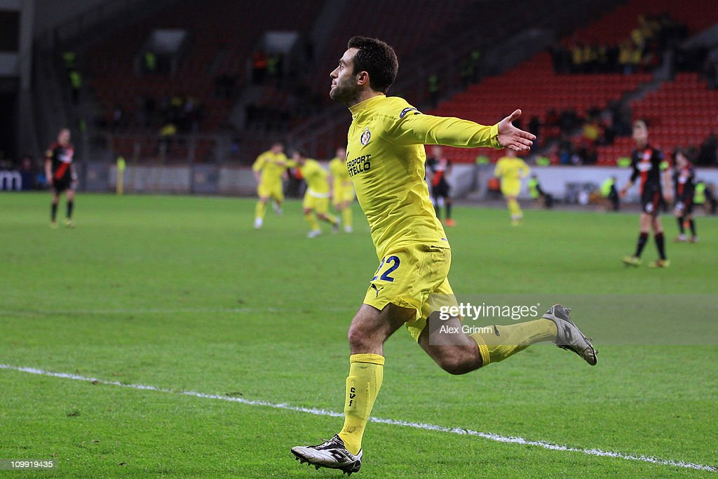 <a gi-track='captionPersonalityLinkClicked' href=/galleries/search?phrase=Giuseppe+Rossi&family=editorial&specificpeople=215461 ng-click='$event.stopPropagation()'>Giuseppe Rossi</a> of Villarreal scores his team's first goal during the UEFA Europa League round of 16 first leg match between Bayer Leverkusen and Villarreal at BayArena on March 10, 2011 in Leverkusen, Germany.