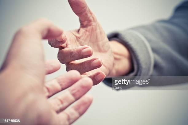 Donnez-moi votre main.