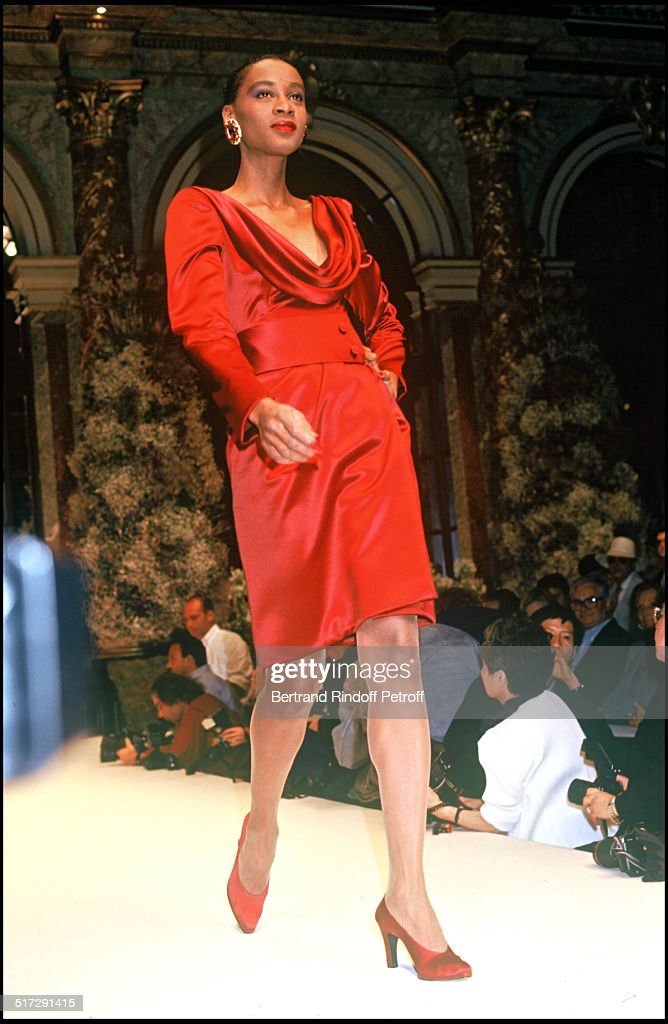 Givenchy haute couture fashion show fall winter 1993 1994 for Haute couture members