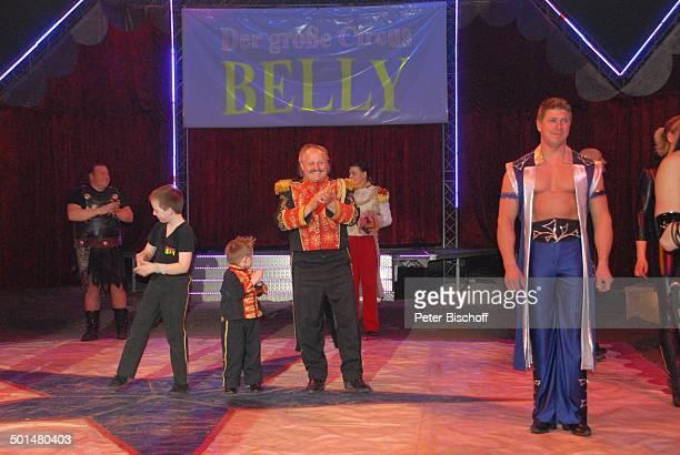 Gladiator CircusDirektor Klaus Köhler mit Söhnen CircusMitarbeiter Show 'Circus Belly' 'Stars of Cinema' Bremen Deutschland Europa Finale Auftritt...