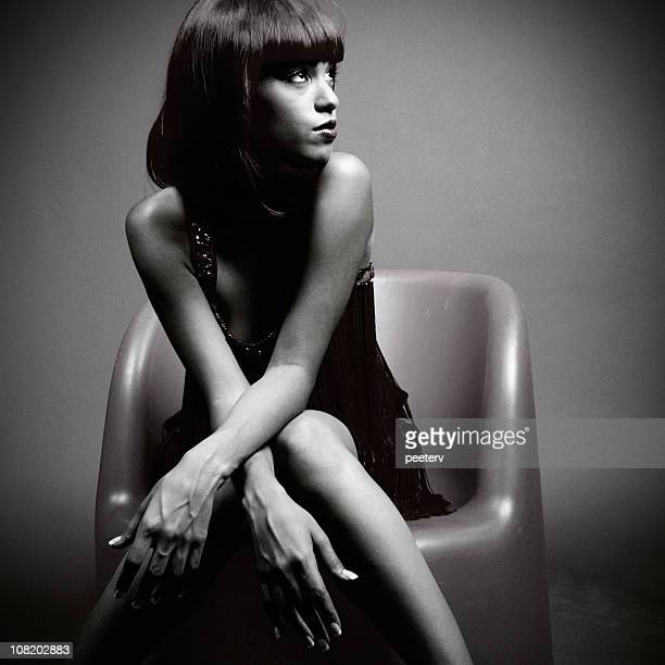 Affascinante giovane donna in posa, bianco e nero
