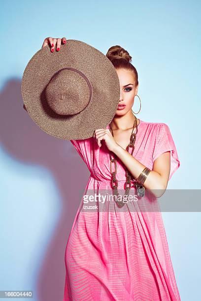 Glamour Retrato de mulher Posando com Chapéu de Sol
