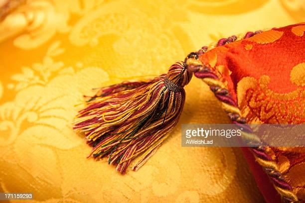 Glamour rouge et or avec pampilles multicolores oreillers