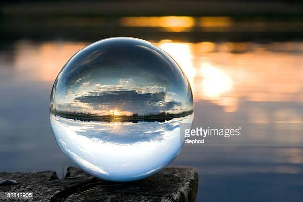 ガラス製のボールの夕暮れ