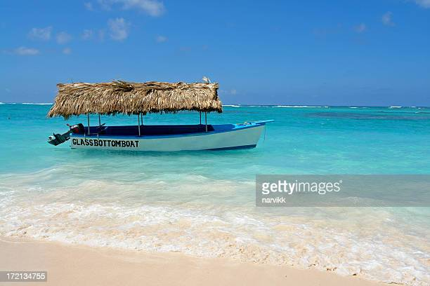 Glasbodenboot am Strand in Punta Cana, Dominikanische Republik
