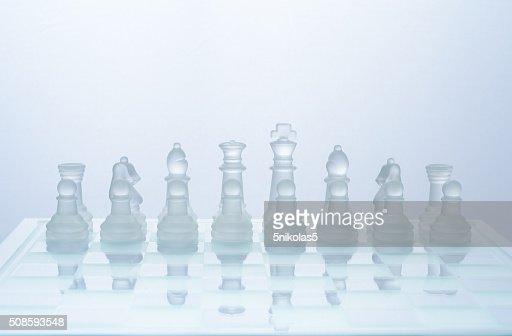 Scacchi di vetro trasparente sulla scacchiera : Foto stock
