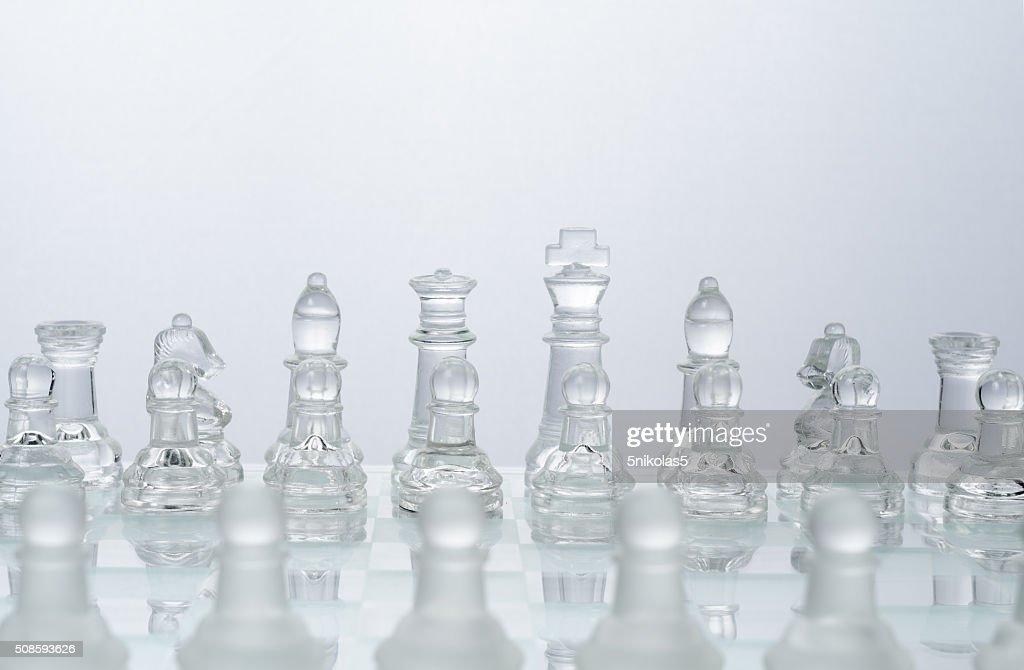 Glas Schach auf das transparente Schachbrett : Stock-Foto