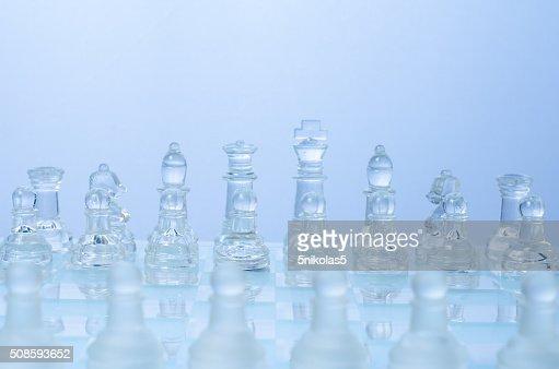 Ajedrez en el vidrio transparente tablero de ajedrez : Foto de stock
